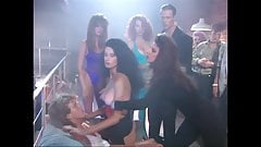 Raven и Selena публично трахаются в клубе, увеличенный до 4K