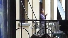 la vicina mi spia dal balcone