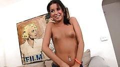 Une petite adolescente brune jeune et sexy se fait baiser pendant un entretien, POV