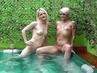 Outdoor-Gangbang in einem Pool mit Lola Devil und Alexa Gold