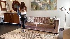 Une brune avec un legging en cuir moulant montre son cul!