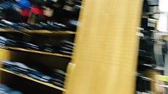 Сексуальная и мягкая в синих спандекс-шортах