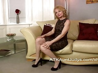 Gallerries mature pussy Isabella fingers her mature pussy.