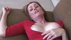 Amateur-Oma Dreier auf der Couch