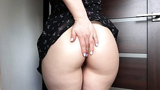 Hot Pussy Teasing from a Booty Babe for a Strong Orgasm