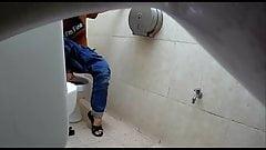 Установленная скрытая камера в женском туалете