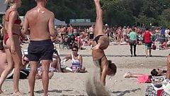 Чирлидерши раздвинули ноги на пляже