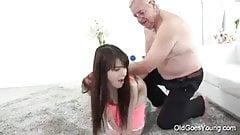 viejo gordo embaraza a una putita