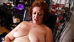 Пухлая зрелая мать трахает ее большую киску