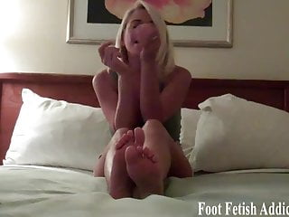Pretty toes to b suck You want to suck my pretty pink toes dont you
