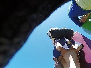 El trabajo de una pornstar Upskirt corto bajo el vestido de una nena