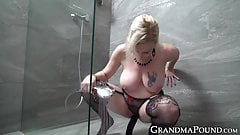 Old chick shows how she can shove black dildo up her pussy