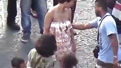 Mulher ficou pelada na rua por ter se vestido com dinheiro