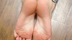 By looking at her sexy feet could not help myself not to cum