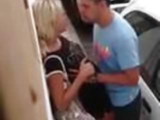 Eva la rue tits - Une blonde se fait peloter les seins dans la rue