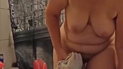 Saggy housewife looks at her cunt in mirror