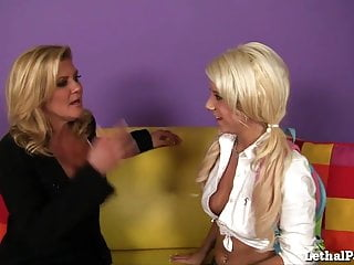 How to strip teen mature eat pussy - Hot milf teaches cute teen girl how to eat pussy