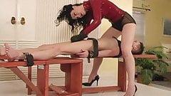 La dominatrix más sexy sacude la polla del esclavo