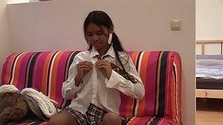 Thai Studentin braucht Geld fuer einen neuen Bueffel