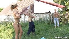 Старик-тинка мастурбирует киску игрушкой