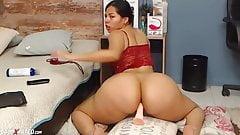 Duża dupa camgirl jedzie na dildo