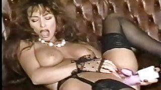 Classy Lady masturbates in Lingerie