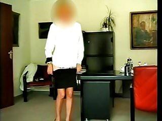 Vintage dessous Dienstbeginn, mitarbeiterin zeigt ihre dessous