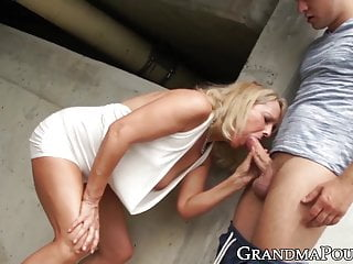 Below neh cock on rope - Classy old babe rides big younger dick below a highway