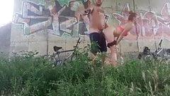 Der Vater nimmt seine Stieftochter für eine Radtour mit