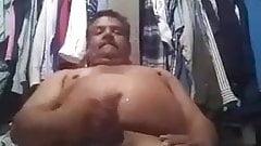 oso macho gordo sacando chorros de leche