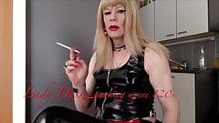 Курящая блондинка в ПВХ
