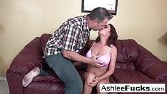 Ashlee bestellt einem Mann Fleisch, nachdem sie ihren Freund entlassen hat