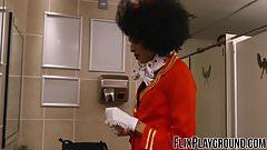 La hostess nera che fa venire l'acquolina in bocca rimbalza selvaggiamente su una verga bianca