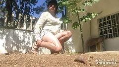 Lindas piernas, pies y culo modelando y coqueteando en patio