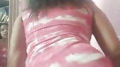 Novinha rebolando de vestido mostrando calcinha