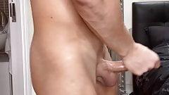 Homem musculoso masturbando seu pau grande ejaculação