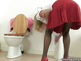 Nylon porn heels British granny elaine fucks a dildo on toilet