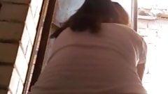 Симпатичная юная деревенская шлюшка дези шпионит в туалете