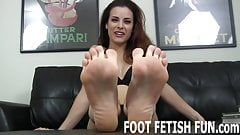 I love it when naughty boys like you jerk off to my feet