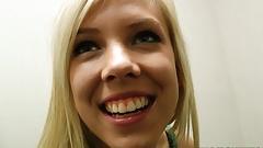 Грудастую молодую тинку-блондинку трахают в раздевалке торгового центра, видео от первого лица