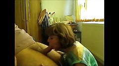 Mãe gostosa dando boquete para seu jovem vizinho