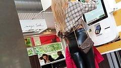 Une salope blonde montre son cul en cuir extrêmement étroit en public