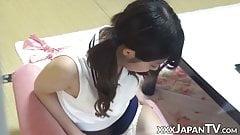 Очаровательная японская тинка трется своим клитором и сосками до оргазма