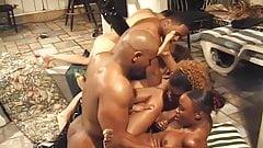 Chicas negras y calientes se embistieron de golpe