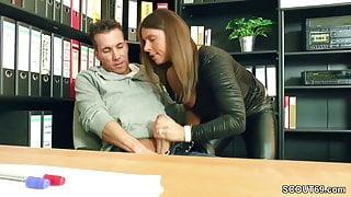 Bewerberin will den Job und fickt Chef mit grossen Schwanz