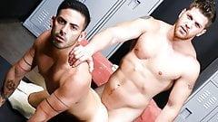 Красивые мужики наслаждаются аналом в спортзале
