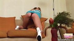 Девушка по соседству Britney хочет засветить ее трусики для тебя