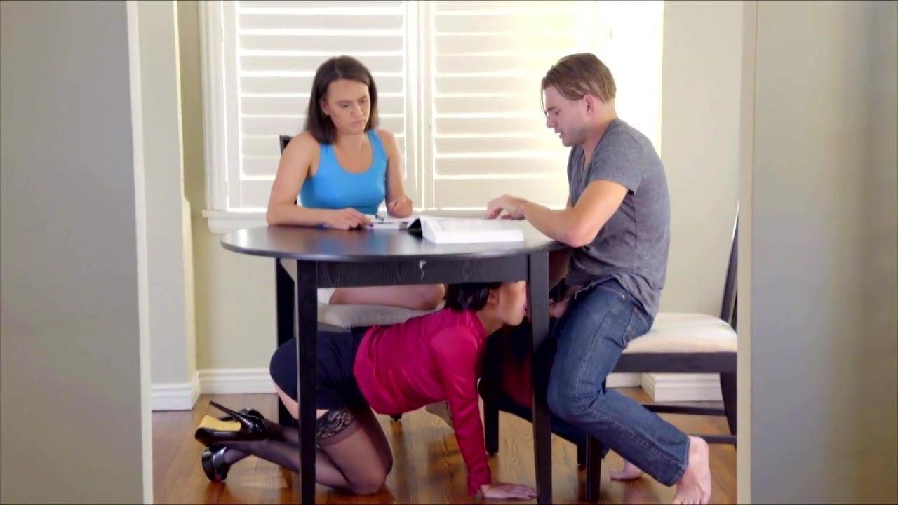 Играет с членом мужа порно