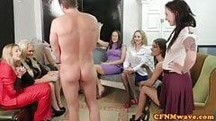 Женское доминирование на тусовочной вечеринке в группе