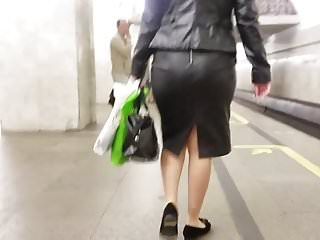 Wide and skirt and pee Big wide ass in black leather skirt